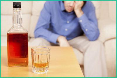 В алкоголе содержится этиловый и метиловый спирт, поэтому в зону риска также попадают люди с пагубной привычкой