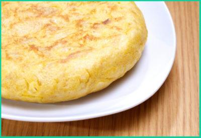 Готовое блюдо смазывается сливочным маслом, разрезается и подается к столу