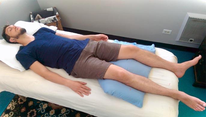 При первых признаках язвы желудка требуется уложить больного и приподнять ему ноги