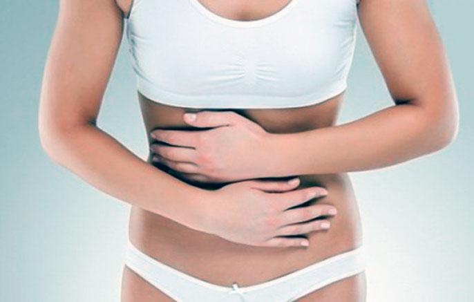 При непроходимости кишечника возникают болезненные ощущения, а так же чрезмерная рвота и небольшая температура