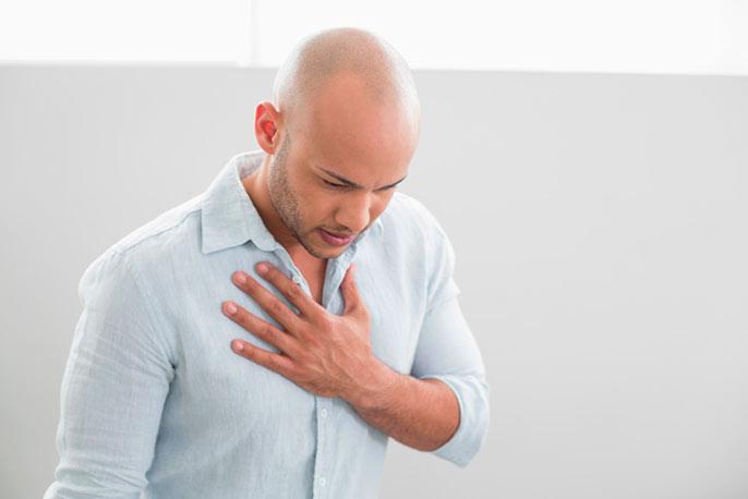 Изжога возникает из-за ослабление работы клапана, из-за чего пища из желудка попадает обратно в пищевод